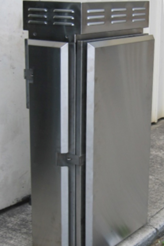 Outdoor cabinet features with passive thermal management